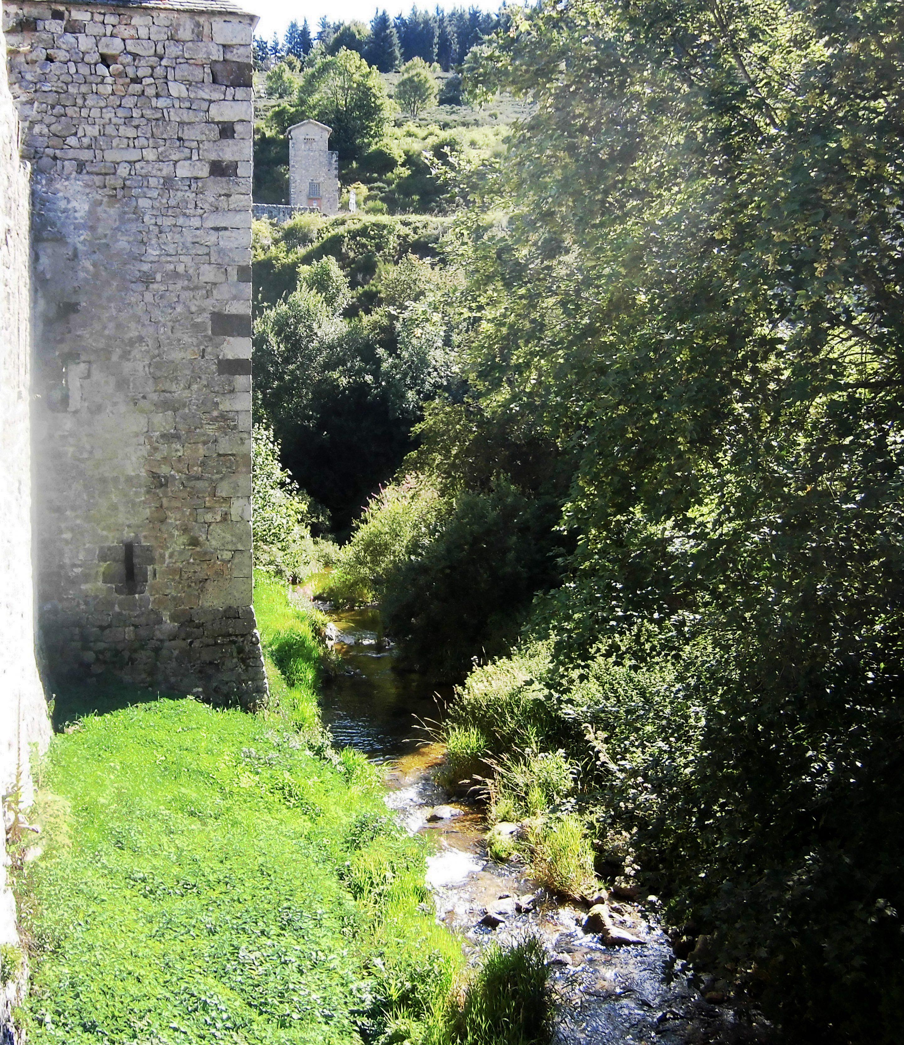 Le Mazan traversant le village de Mazan-l'Abbaye (photo CC BY-SA 4 - JPS68)